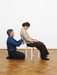 Ein Atemtherapeut während einer Sitzung mit einer seiner Klientinnen. Foto: Institut Norbert Faller