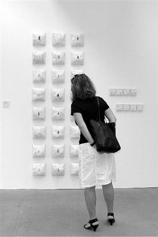 Jede Stunde des Tages-Papierobjekte von Heike Marianne Liwa im Wilhelm-Lehmbruck-Museum Duisburg, 2009_____Foto: Jola Wolters