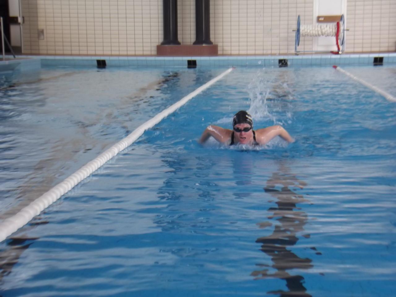 Frau Dr. Jutta Jäger beim Schmetterling schwimmen