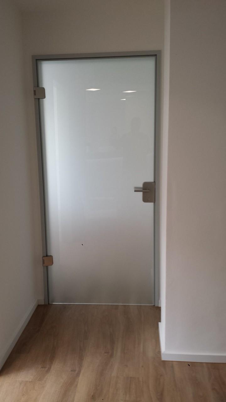 Ganzglasmatierung einer Glastür
