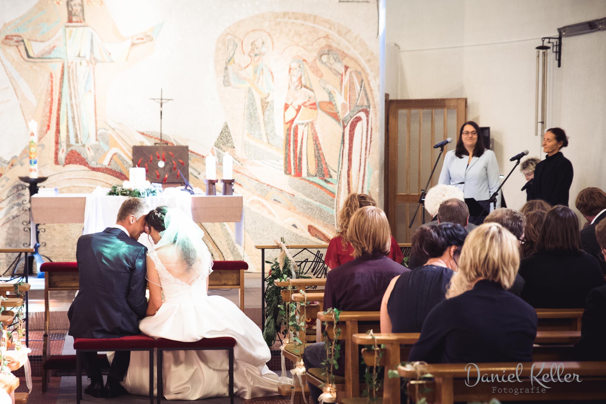 Brautpaar in der Kirche / Hochzeitsfotograf Bühl