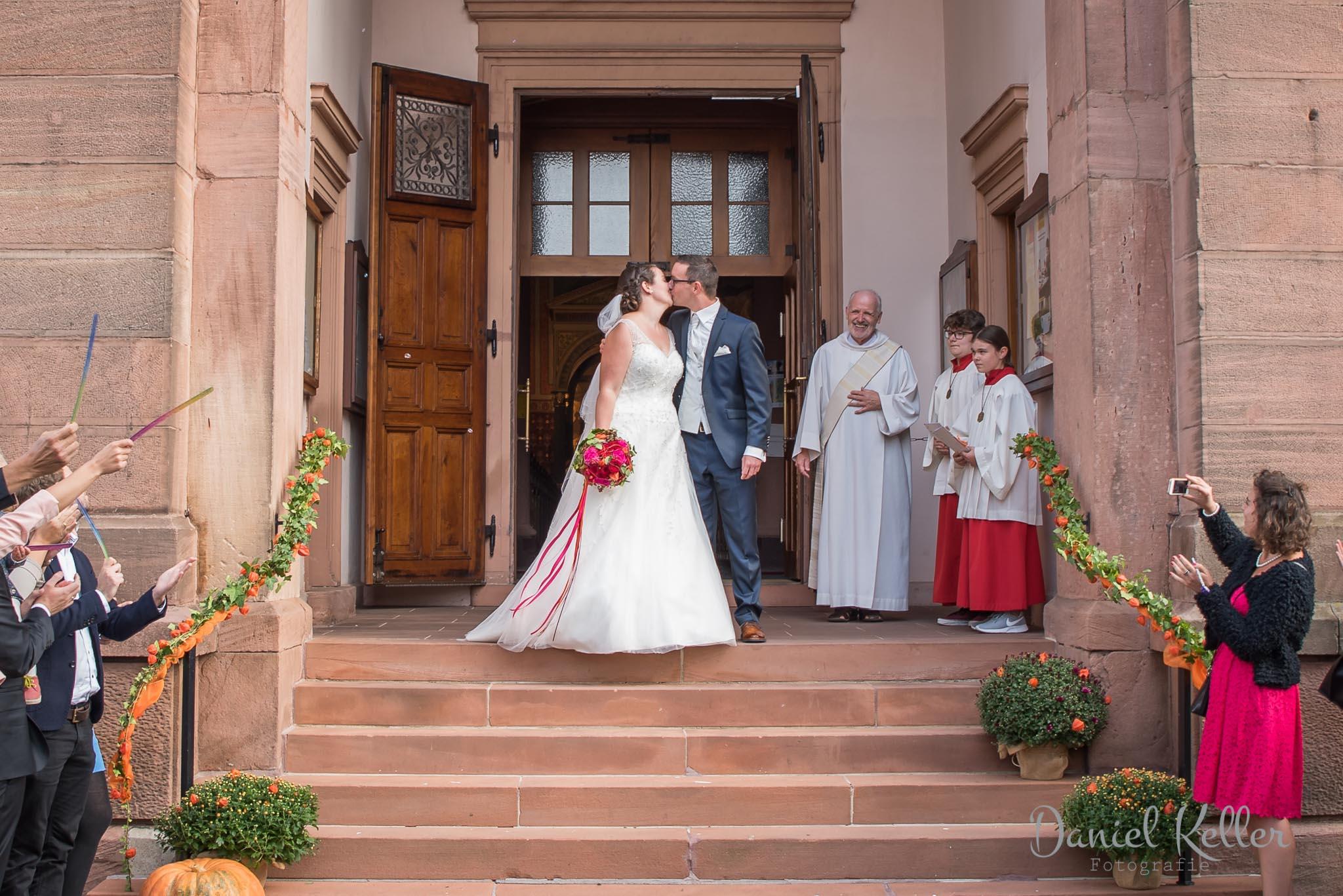 Auszug aus er Kirche in Lauf / Hochzeitsfotograf Daniel Keller