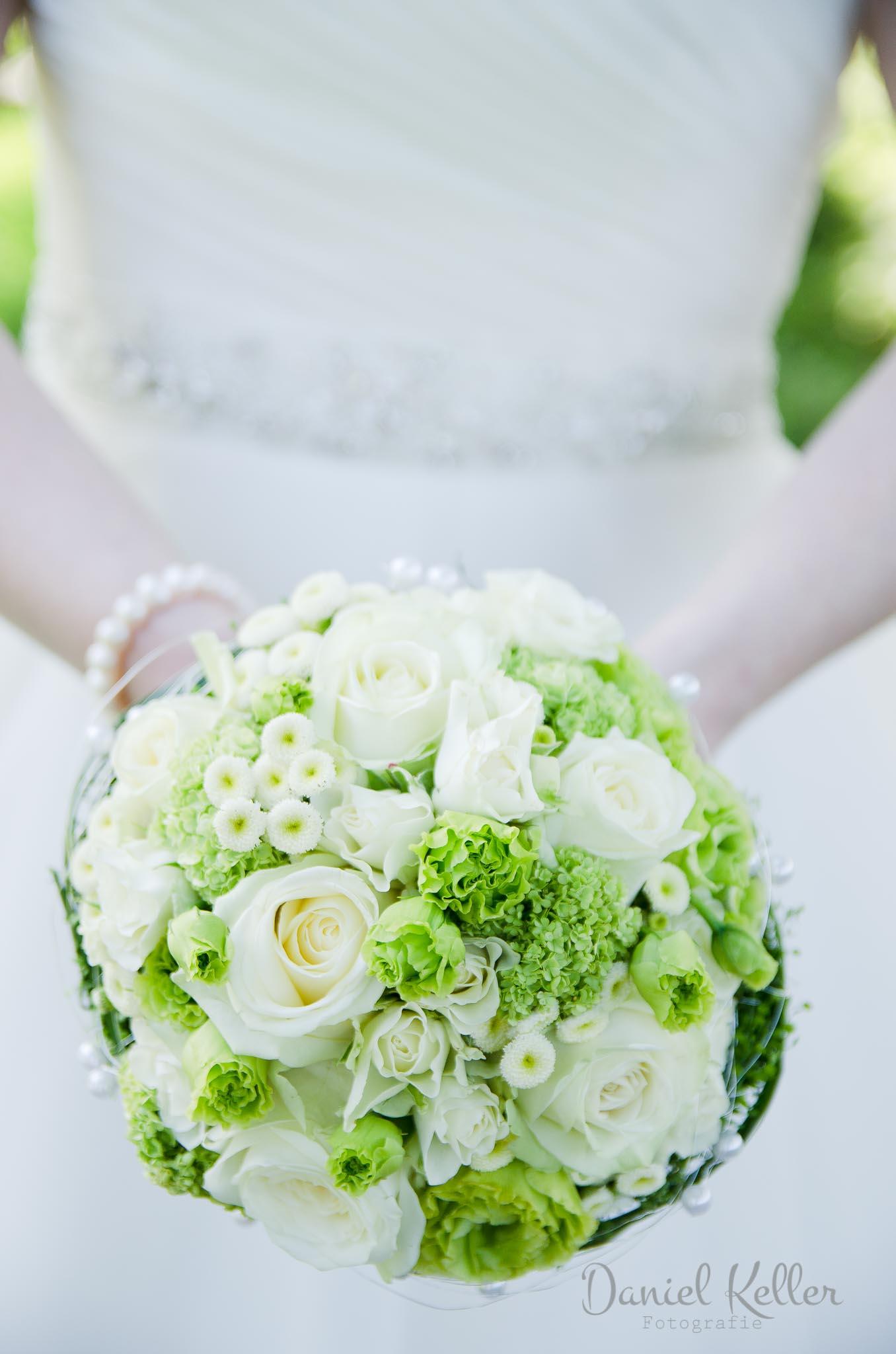 Hochzeitsfotograf Offenburg Braut mit Blumenstrauss