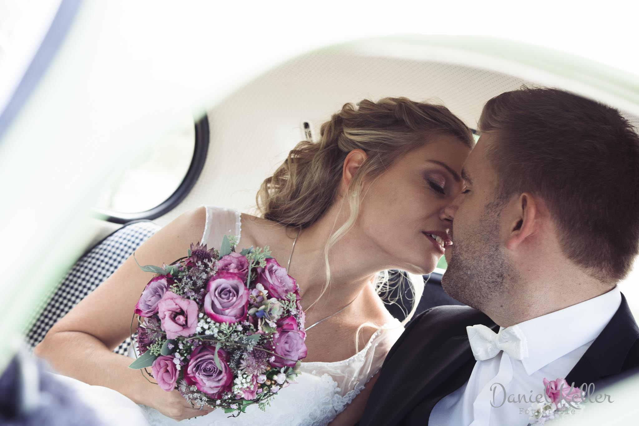 Brautpaar im VW Käfer / Hochzeitsfotograf im Schwarzwald