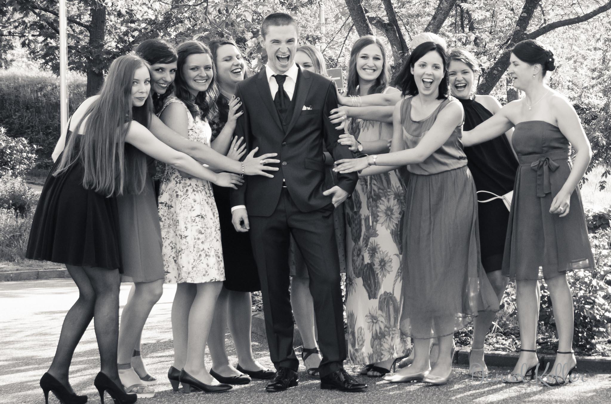 Bräutigam mit Freundinnen der Braut S/W