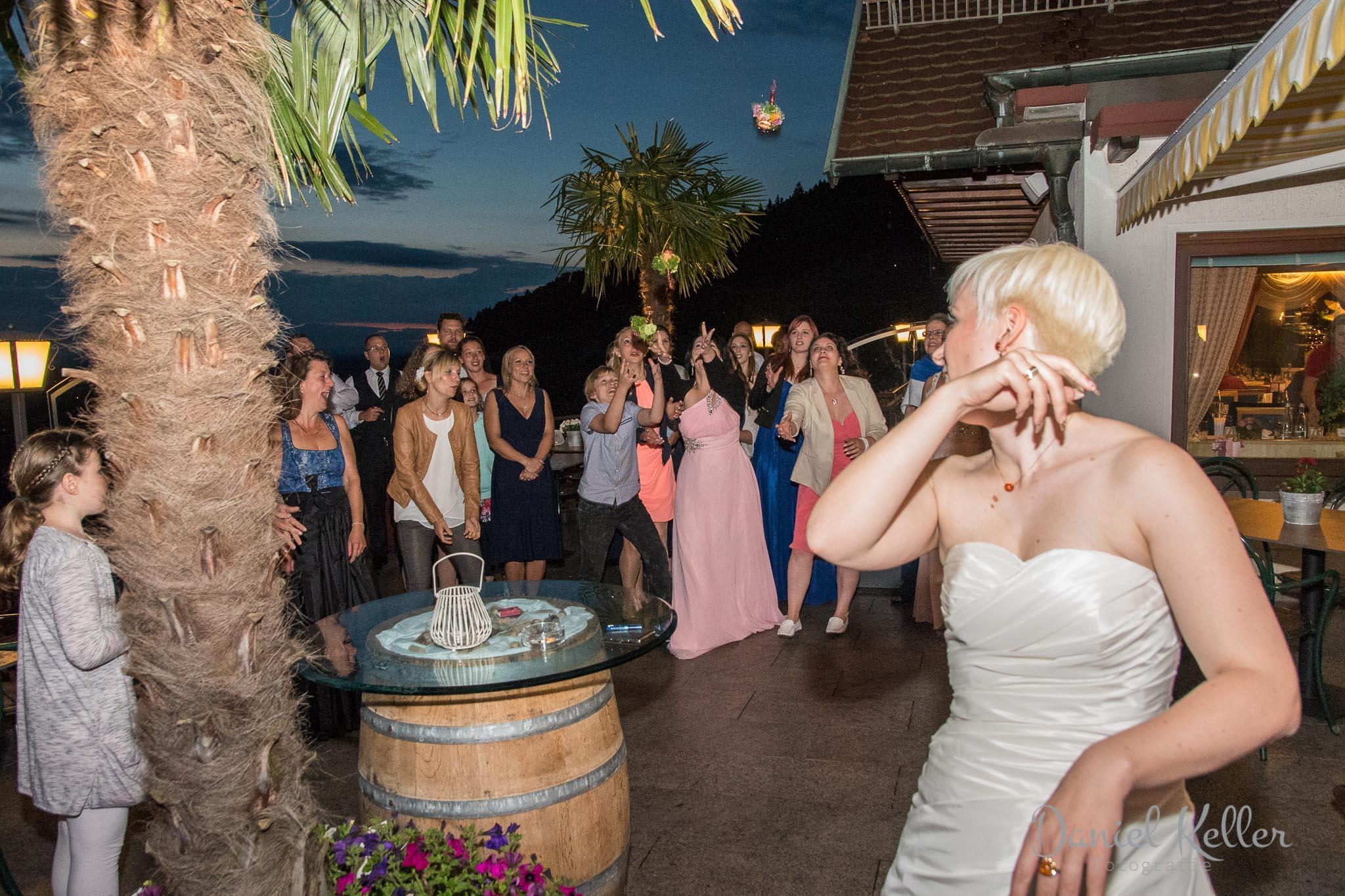 Brautstraußwurf / Daniel Keller Hochzeitsfotograf Jägersteig Bühl