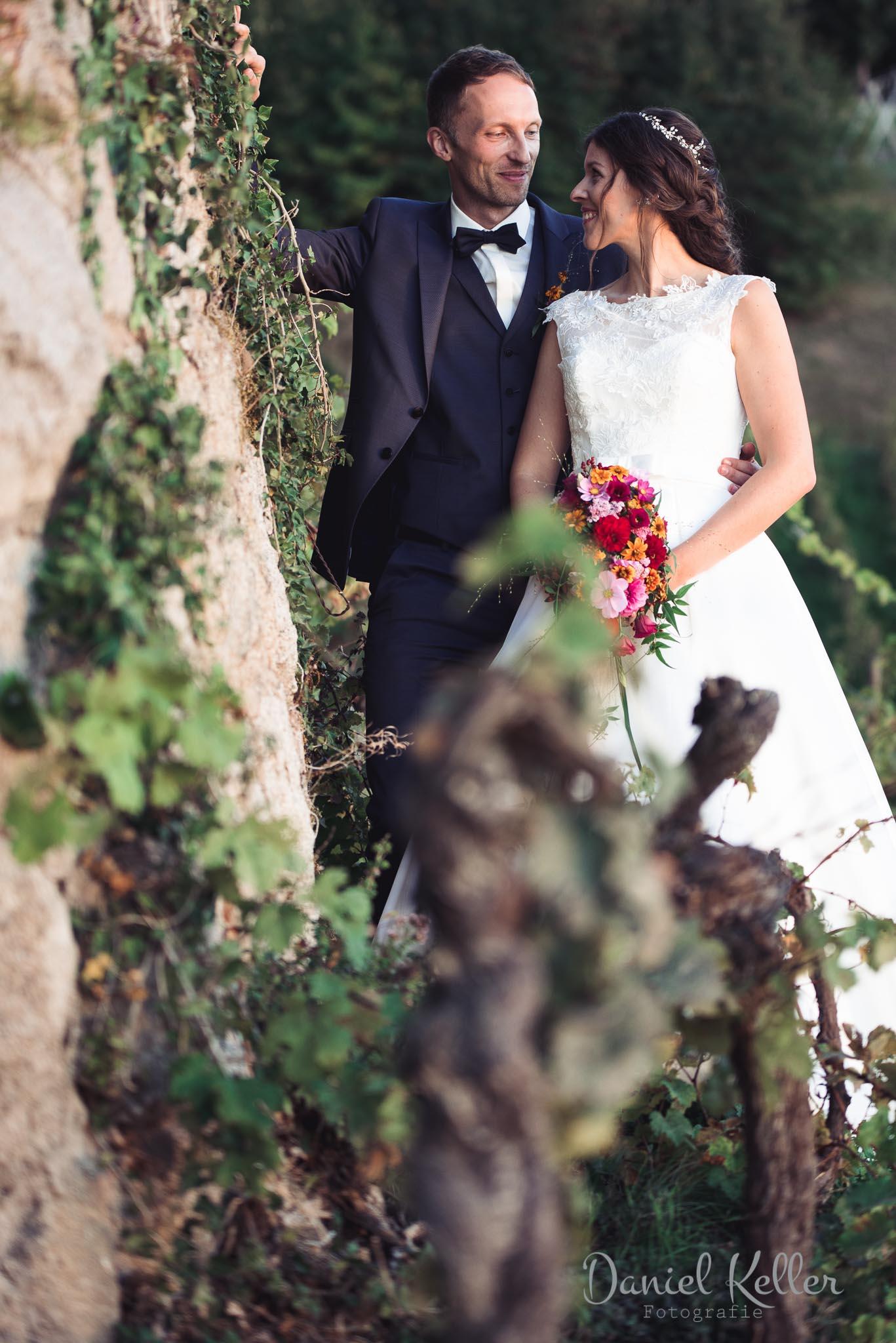 Brautpaar beim Sonnenuntergang in den Reben bei der Burg Windeck in Bühl