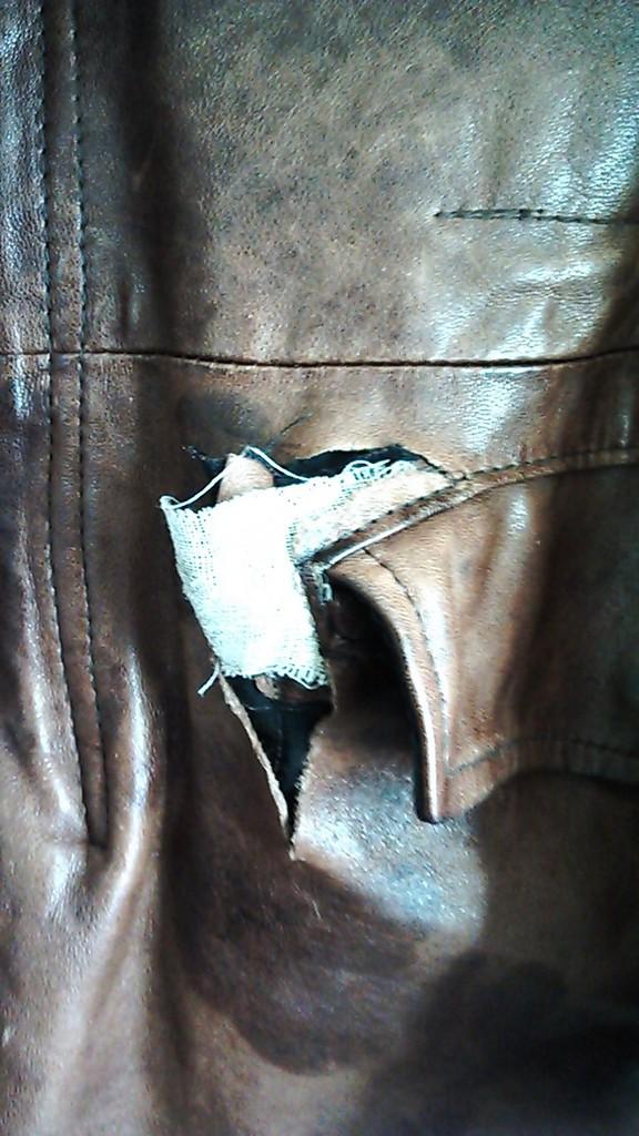革ジャンのポケット部の破れです