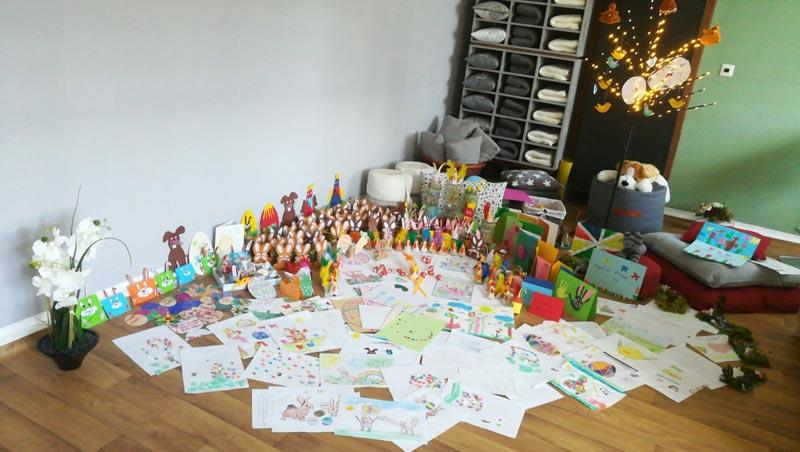 Die gesammelten Ostergrüße von Neubrandenburger Kindern bedecken den Boden im Entspannungsraum meiner Praxis
