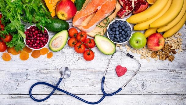Gesunde Nahrung für Herz. Frischer Fisch, Obst, Gemüse, Beeren und Nüssen. (Quelle: LanaSweet/Thinkstock by Getty-Images)