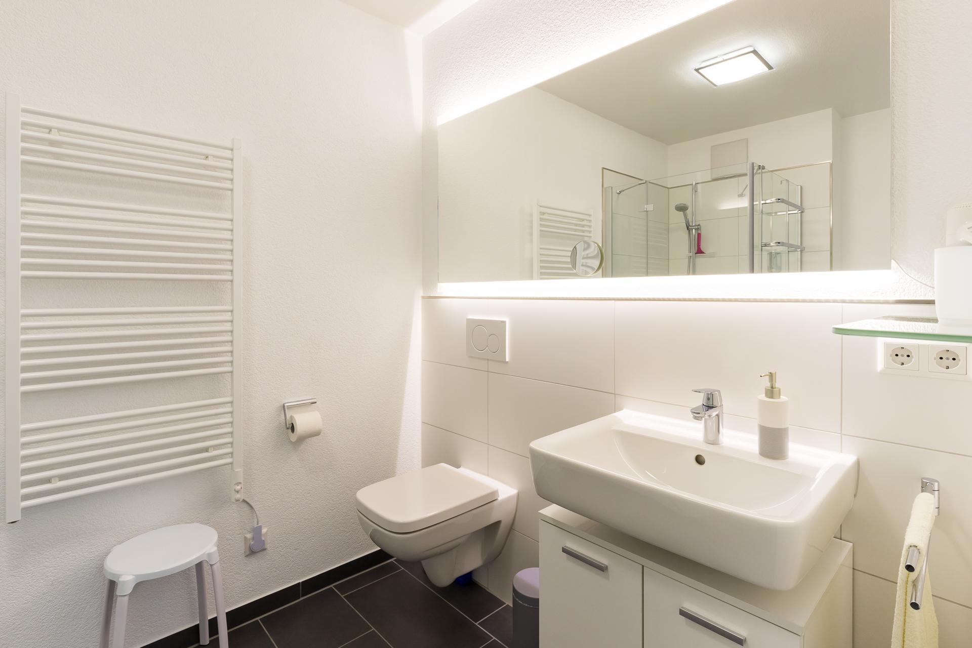 Bad mit Dusche/WC und Waschmaschine