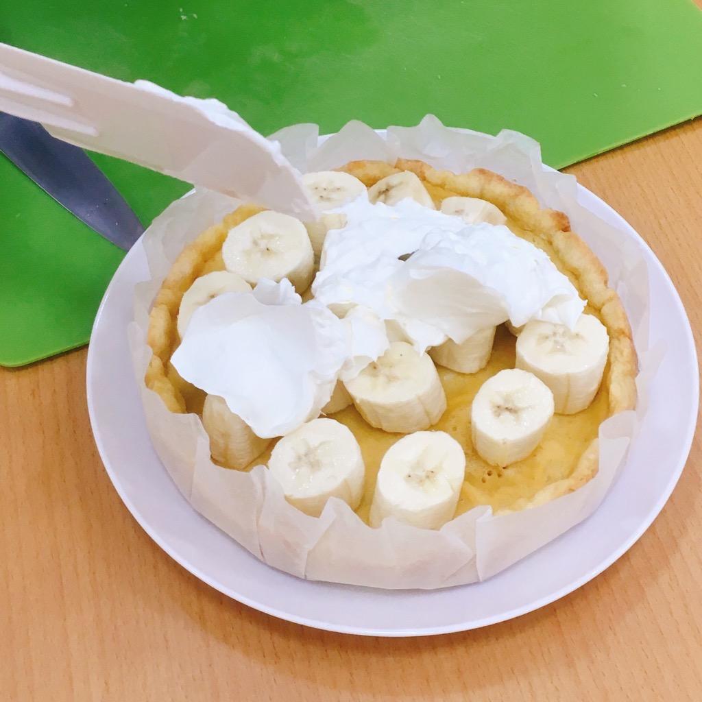 バナナの上に生クリームをのせる。