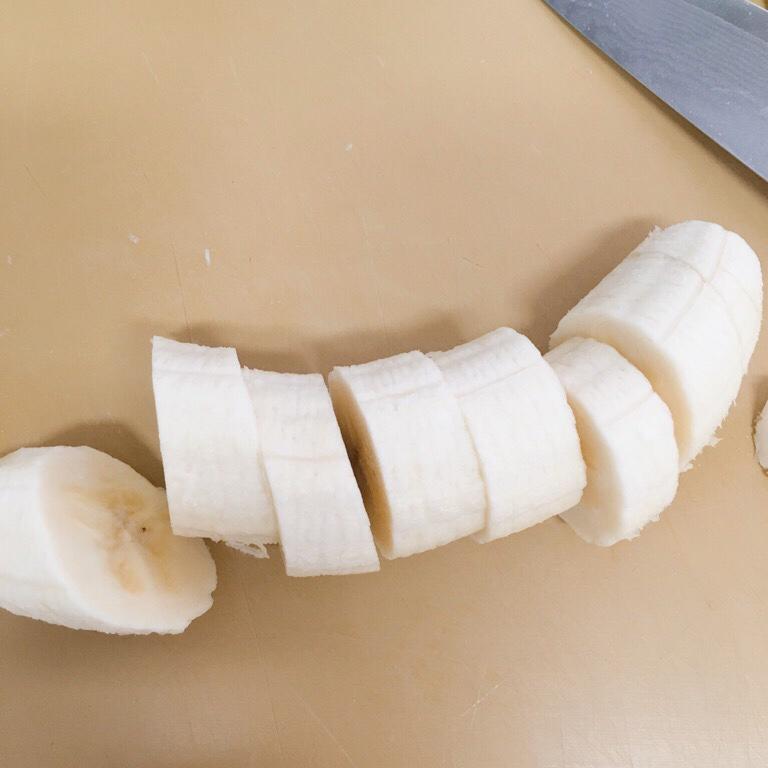 バナナを一口大に切ります。
