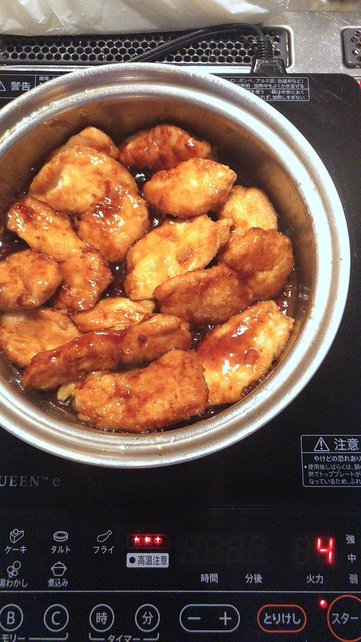 余分な油を吸い取ってから、IR4で鶏肉とタレを絡めます。