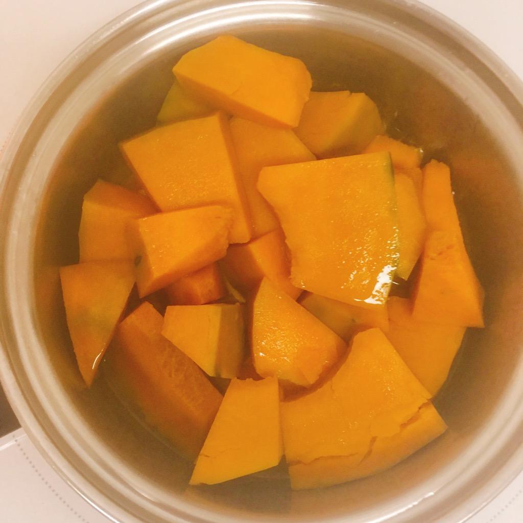 茹で上がったかぼちゃはホクホクです。