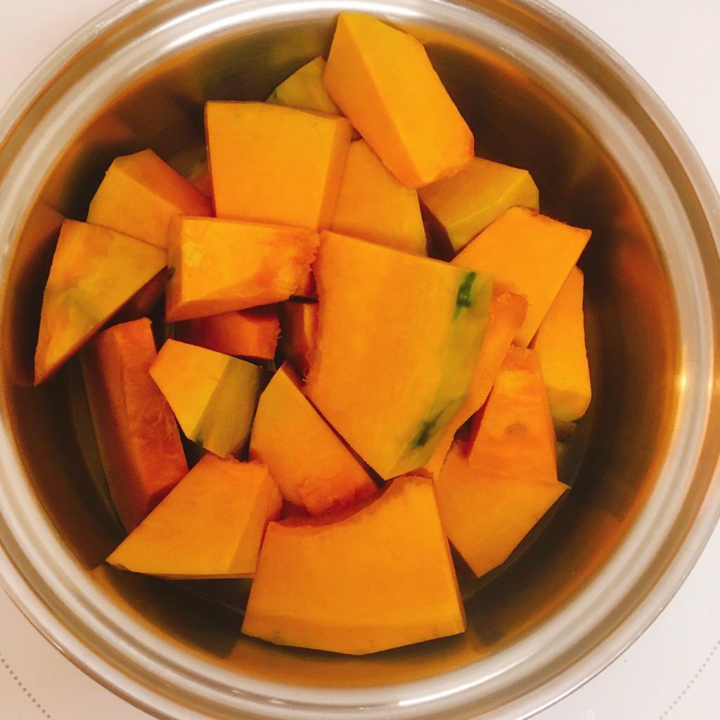 かぼちゃと少量の水(万1弱)で茹でます。