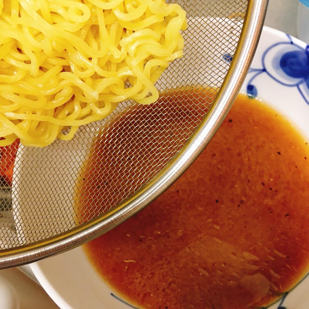 茹で上がったらザルでお湯をきり丼へ。