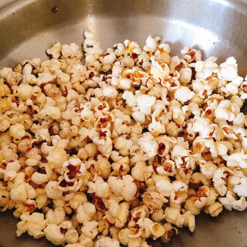 まずはポップコーンができあがり!これに塩をかけて混ぜるだけでも美味い!