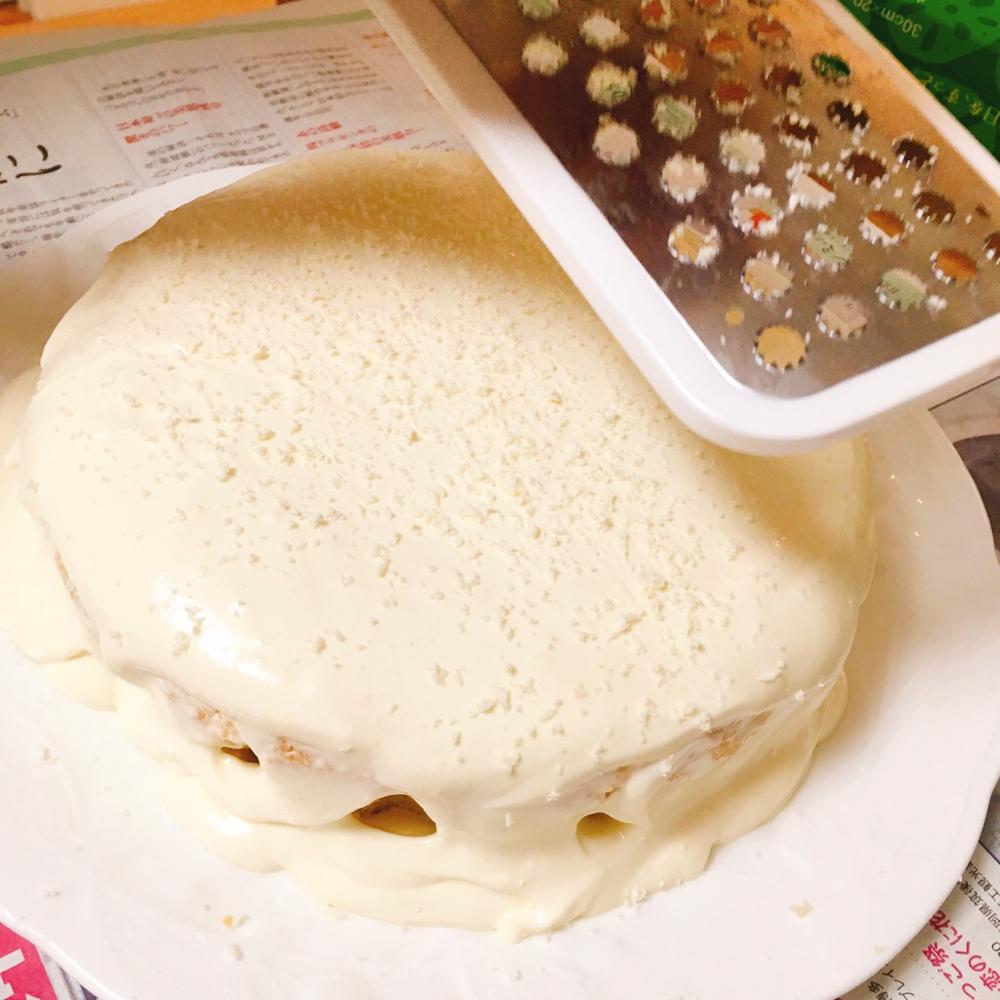ホワイトチョコをおろし器で粉にしてかけます。