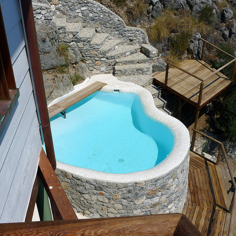 Casa Lucy. Piscina Exterior adaptada a las topografía. La Herradura. Granada
