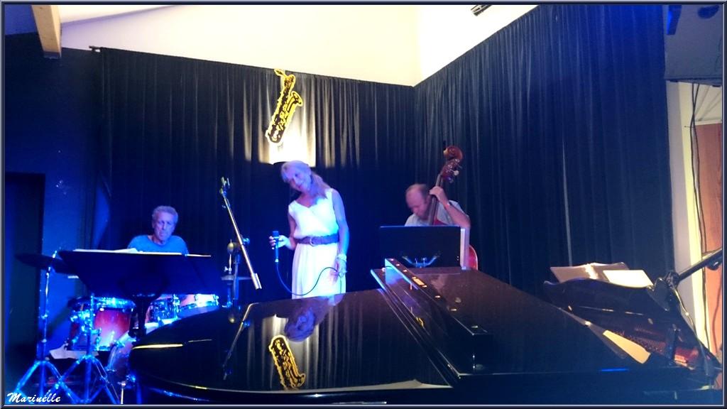 Caroline Grossot, Didier Vaudron à la contre-basse et Iano Anzelmo à la batterie, concert au Baryton à Lanton le 12 septembre 2015