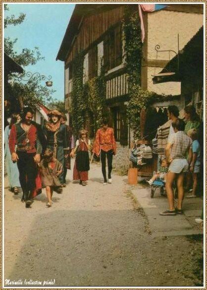 Gujan-Mestras autrefois :  une ruelle du Village Médiéval d'Artisanat d'Art de La Hume, Bassin d'Arcachon (carte postale, collection privée)