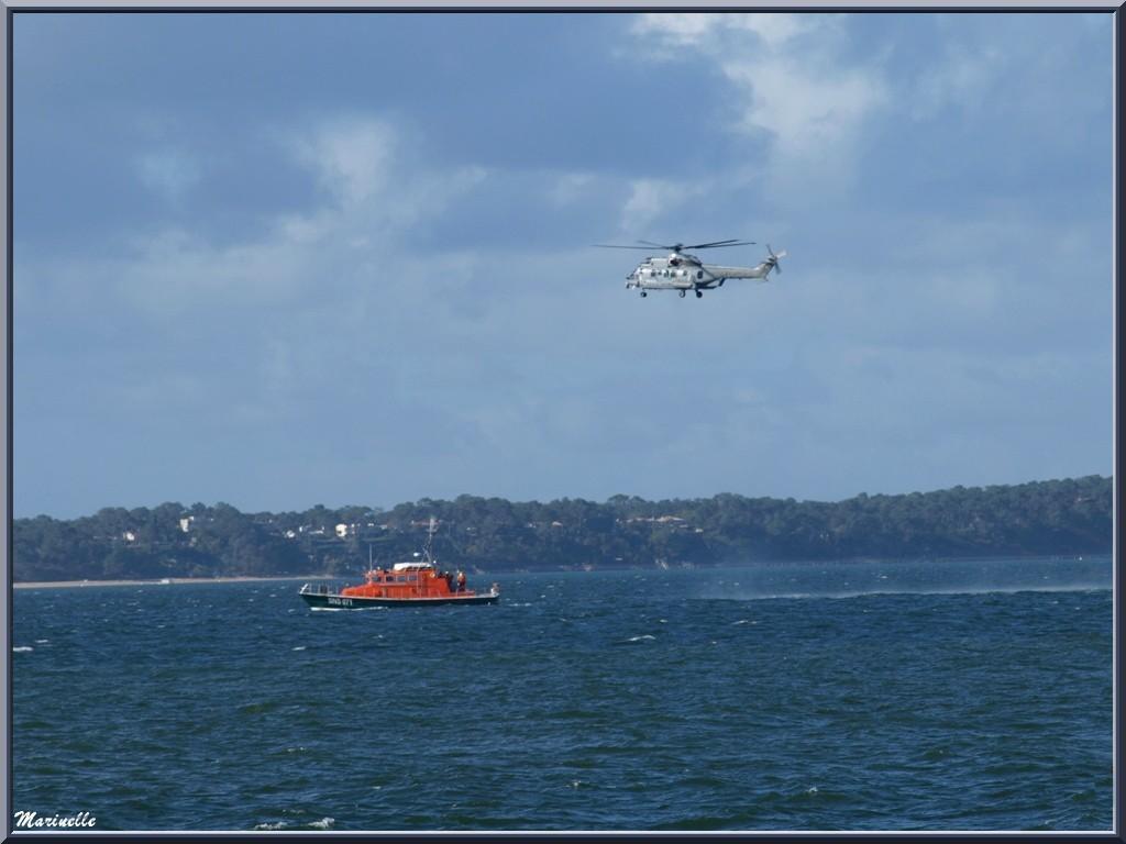 Exercice d'hélitreuillage par les sauveteurs en mer au large d'Arcachon, Bassin d'Arcachon (33)