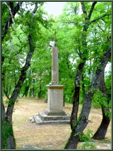 Croix devant de la Chapelle Saint Véran à Goult, Lubéron - Vaucluse (84)