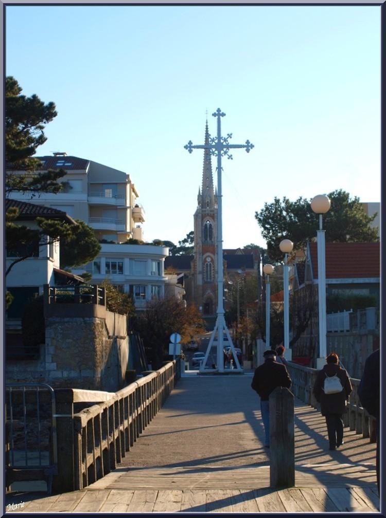 """La Croix des Marins et la Basilique Notre Dame vues depuis la Jetée de la Chapelle, Arcachon en """"Ville de Printemps"""""""
