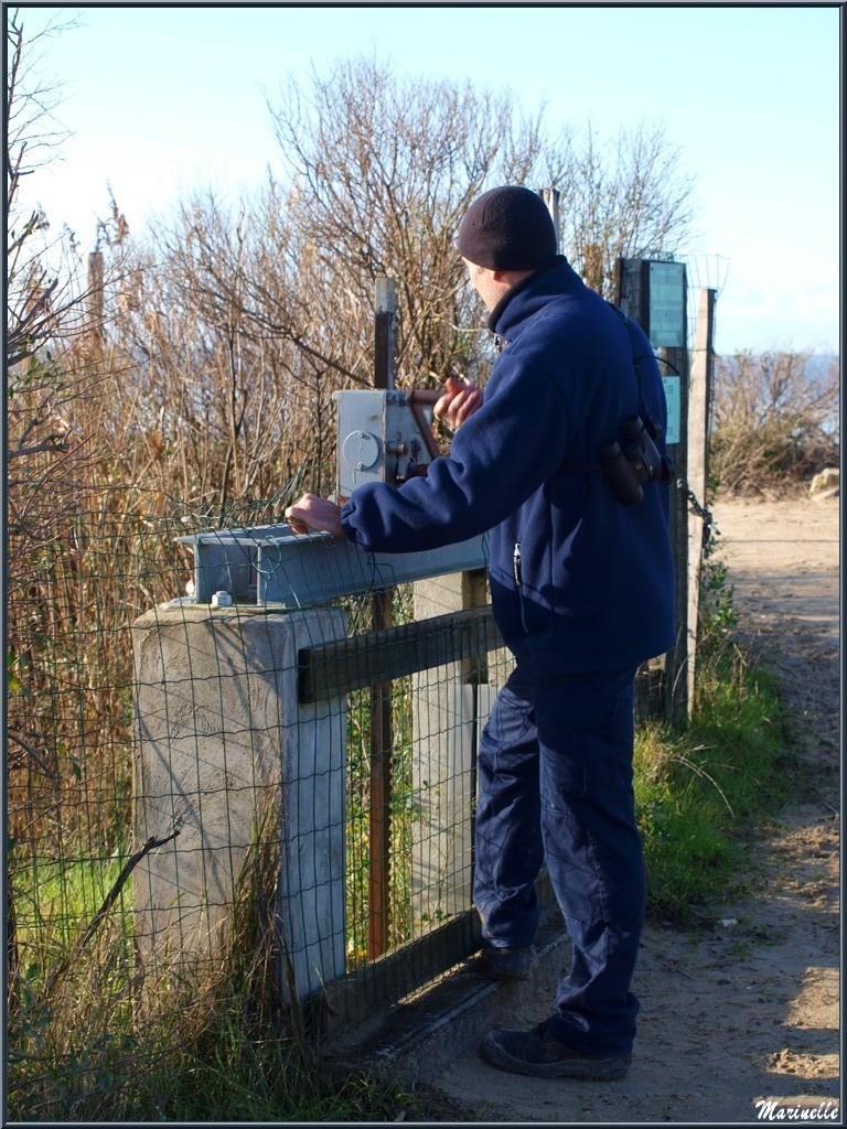 """Eclusier au travail de régulation des eaux, """"Ecluse de La Pointe"""" sur le Sentier du Littoral, secteur Moulin de Cantarrane, Bassin d'Arcachon"""