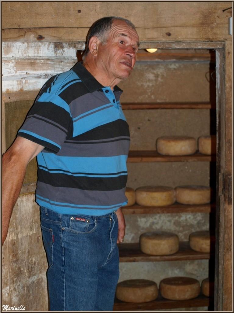 Quand Roger fait visiter le saloir de sa fromagerie artisanale Laborde-Bouchet, c'est toute une Histoire - Fête au Fromage, Hera deu Hromatge, à Laruns en Vallée d'Ossau (64)