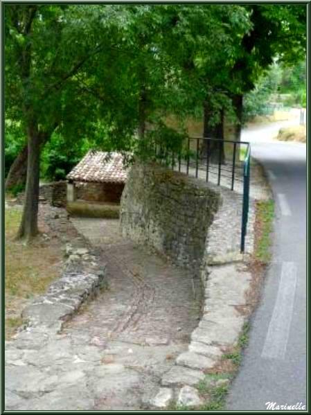 """Fontaine et lavoir du bas à """"La Ferrade"""" et sa descente en calade - Goult, Lubéron - Vaucluse (84)"""