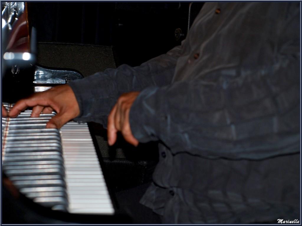 Les mains du Maître Joseph Ganter au piano, concert Caroline Grossot au Baryton à Lanton le 12 septembre 2015