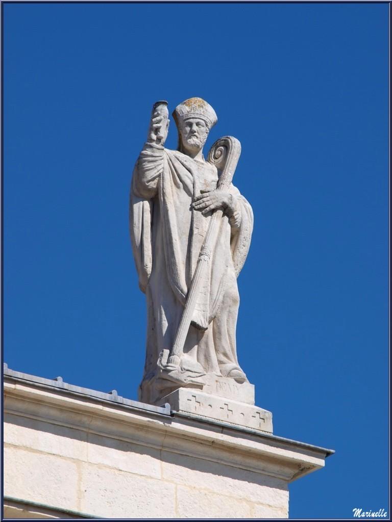 Une des 2 statues en façade sur le toit de la Collégiale Saint Martin à Saint Rémy de Provence, Alpilles (13)
