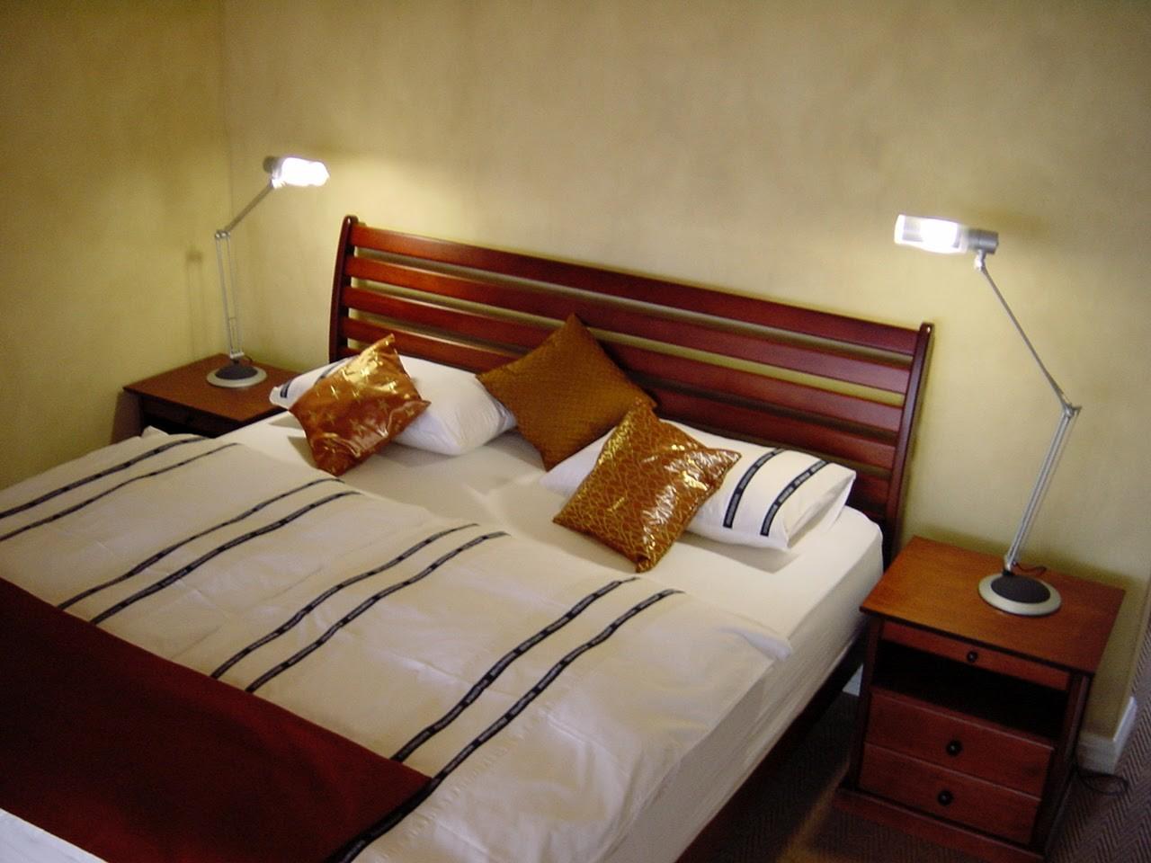 Das Vogelstrauß Zimmer ist mit einem King Size Doppelbett (mit qualitativ hochwertigen Matratzen) und einem umfassenden Schrankraum ausgestattet.