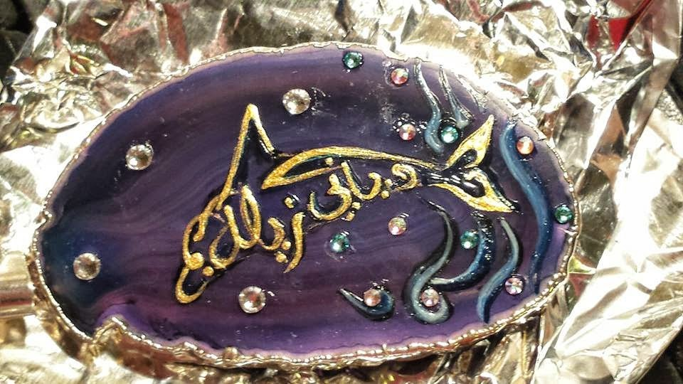 ~ Bild: Delfin-Anhänger mit arabischer Kalligrafie, Namenszug 'Silke Nur Adiani' (hier gerade fertig) ~ ▬ Bild der Künstlerin am Ende der Fertigstellung ▬