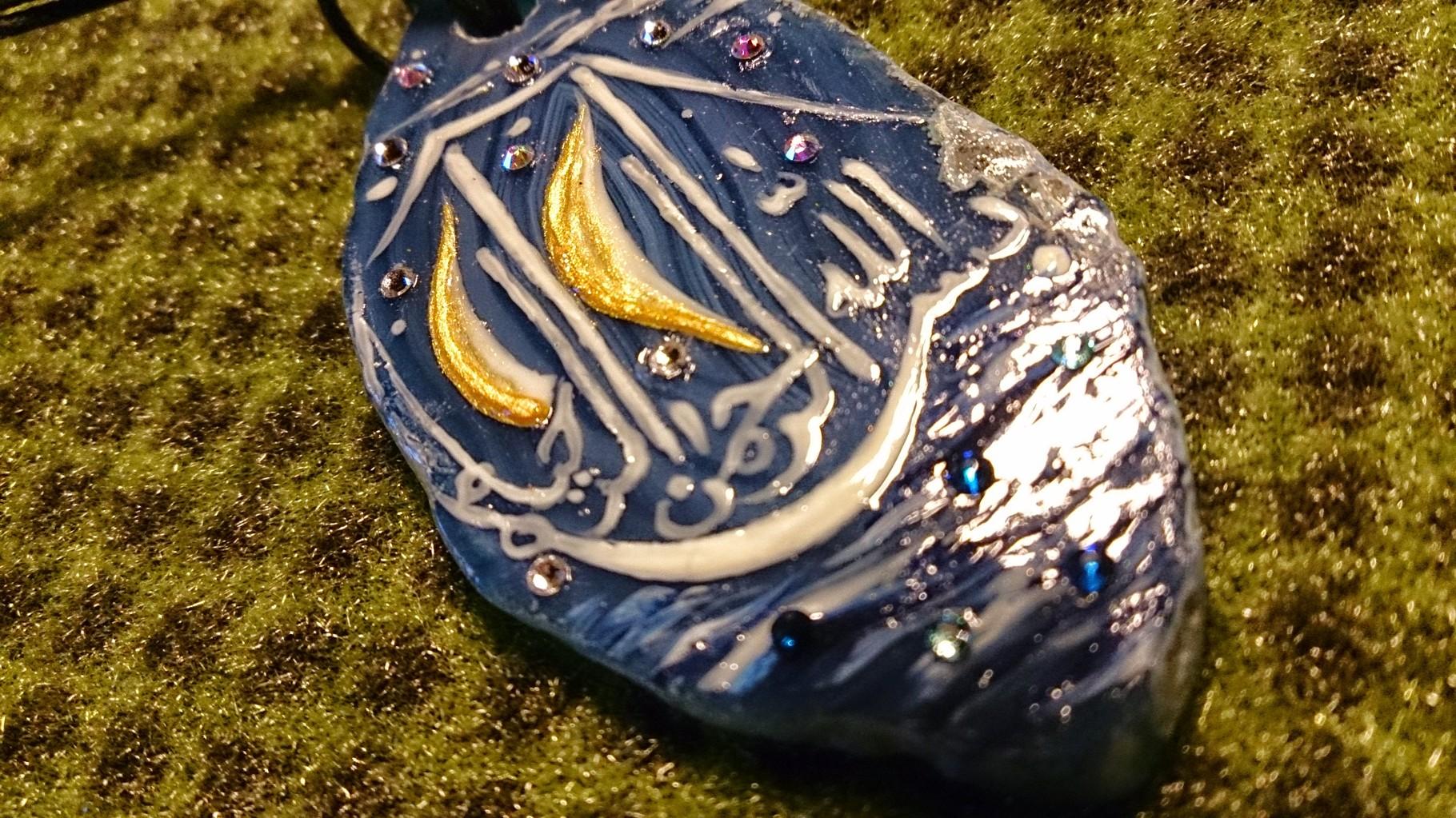 """~ Bild: Blauer Achatstein-Anhänger in Schiffsform mit arabischer Kalligrafie """"Bismillahirrahmanirraheem"""" (Im Namen Gottes, des Allerbarmers, des Barmherzigen) ~"""
