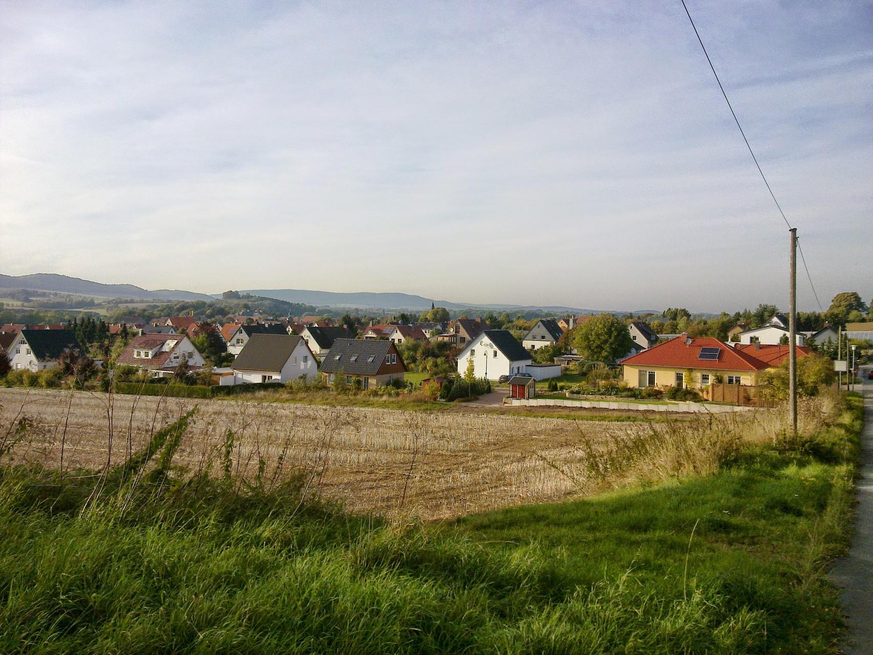 ~ Bild: Spaziergang bei Brüggen (Leine), Blick auf den Ort ~