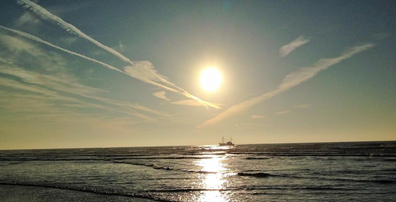 ~ Bild: Pano(d)rama Strand von Sankt Peter Ording (Krabbenkutter in der Abendsonne) ~