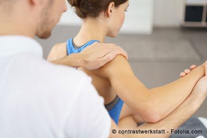 Orthopäde untersucht die Beweglichkeit der Schulter einer Patientin.