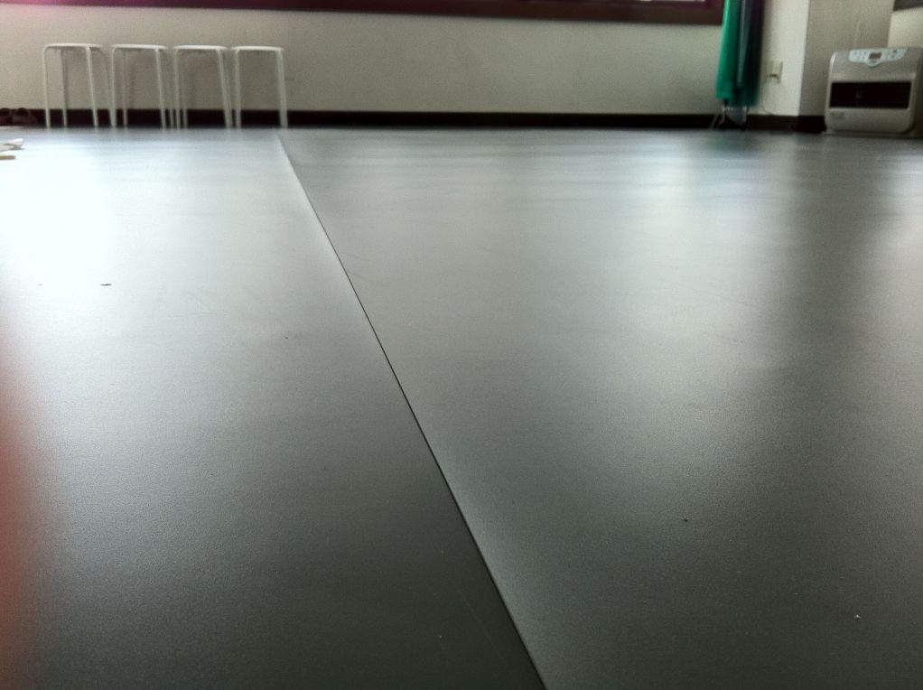 ◆舞台やテレビ局でも使われているダンスをするための本格的な専用の床材を使用しています。裸足でも、バレエシューズでも踊りやすい!Let's Dance with us!!