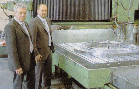 Axima-Geschäftsführer Dr. Martin Niederkrüger (li.) mit dem neuen ZEBO-Geschäftsführer Bemd Wucher an der Portalfräsmaschine