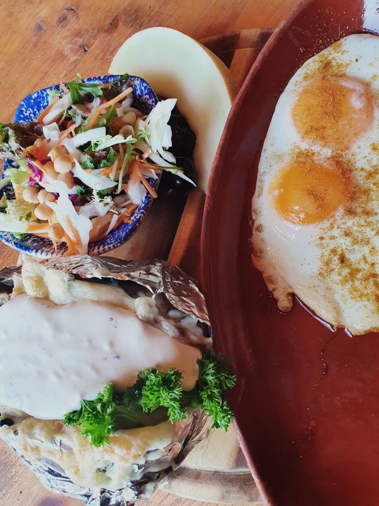 2 Spiegeleier mit Backkartoffeln und Salat