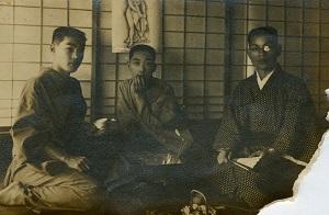 友吉(左)の京都修業時代当時の仲間との写真