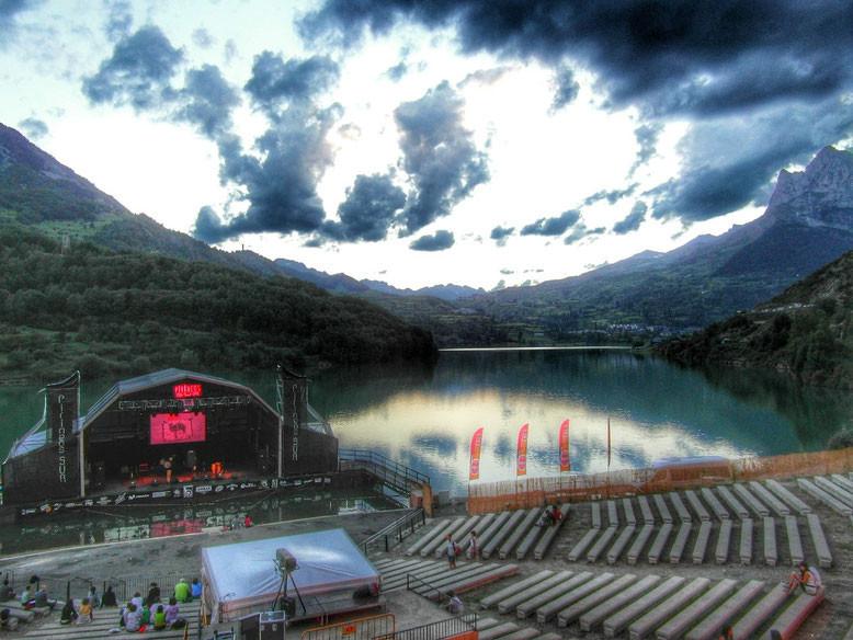 """Escenario flotante de """"Pirineos Sur"""" en el pantano de Lanuza."""
