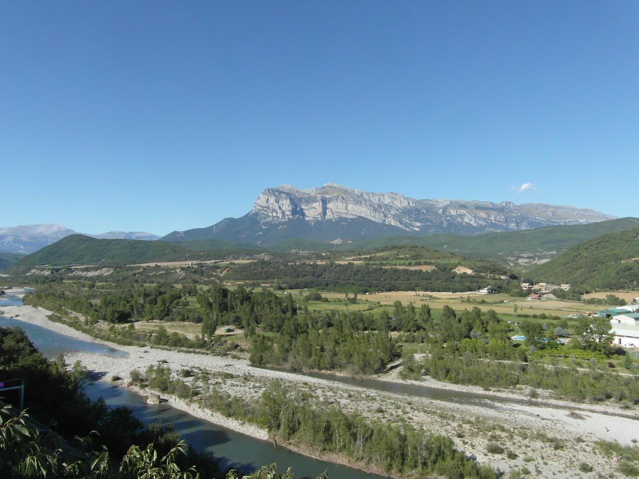 Vistas desde la torre de la Iglesia, al fondo Peña Montañesa.