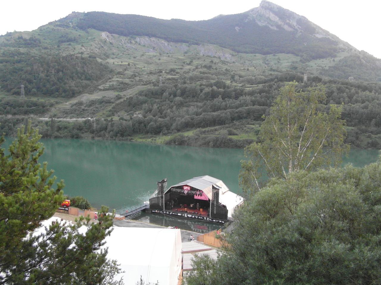 Escenario de Pirineos Sur desde el acceso al recinto