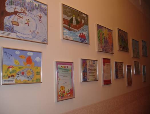 Коридор 1-го этажа. Выставка детских рисунков