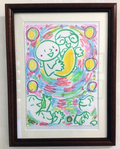 出産祝いで、赤ちゃんを抱いているイラスト 茶谷順子作