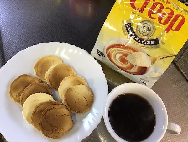 コーヒーと、クリープクッキー。焼き色が薄い方が美味しかったです。